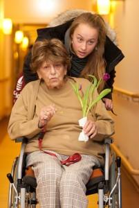 Elena mit Frau im Rollstuhl 2